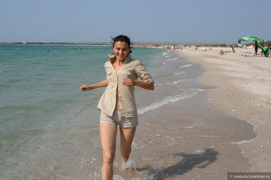 Для осмотра Джангуля оставалось всего полдня. Надо поспешить. Бирюзово-лазоревое Черное море, неожиданная бухта с песчаным пляжем, белые паруса виндсерферов, цветные парашюты кайтов - все это привело в немыслимый восторг. Захотелось бежать, бежать, бежать по мокрому песку навстречу новым сюрпризам до сей поры незнакомого уголка Крыма.