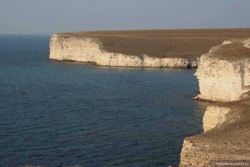 Оползневое побережье Джангуля, протяженностью около 5 км, является природным заказником и представляет скалистый берег, источенный волнами. Скалы здесь лежат на широких пластах глины, которая после затяжных дождей размокает, становится скользкой. Неравномерно скалы сползают и обрушиваются в море, оставляя на обрывах следы: оползневые террасы, бастионы, скалы-призмы. По мере поездки в наиболее живописных местах мы делали остановки для фото-паузы, чтобы запечатлеть каменные изваяния, ежедневно шлифуемые волнами, фигурки людей и фантастических животных.