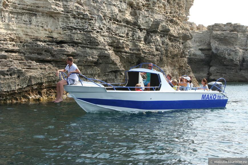 """Рыбстан Большой Атлеш представляет собой четырехкилометровый скальный берег с каменными нагромождениями, пещерами, гротами и навесами. Рано утром следующего дня договорились с """"капитаном"""" небольшого катера совершить морскую прогулку вдоль побережья полюбоваться скалами с воды."""
