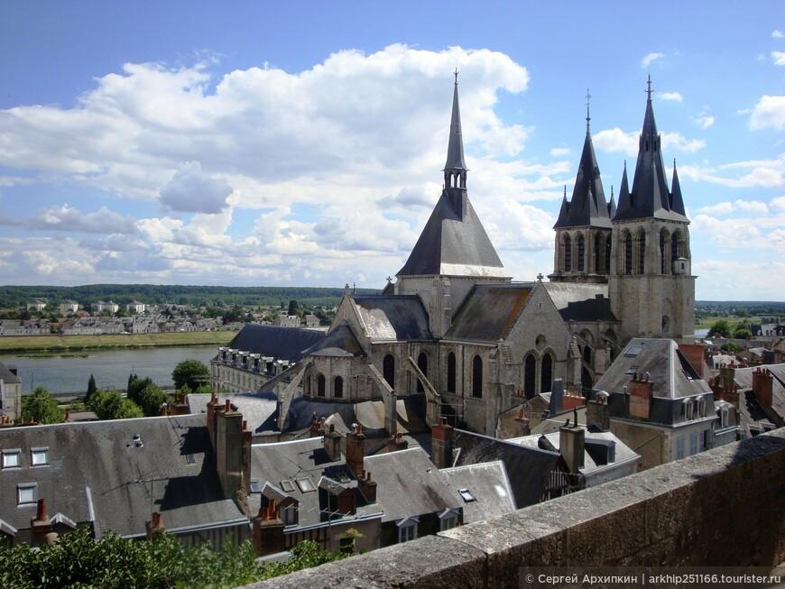 От замка открывается красивый вид на реку Луару и собор Святого Николая