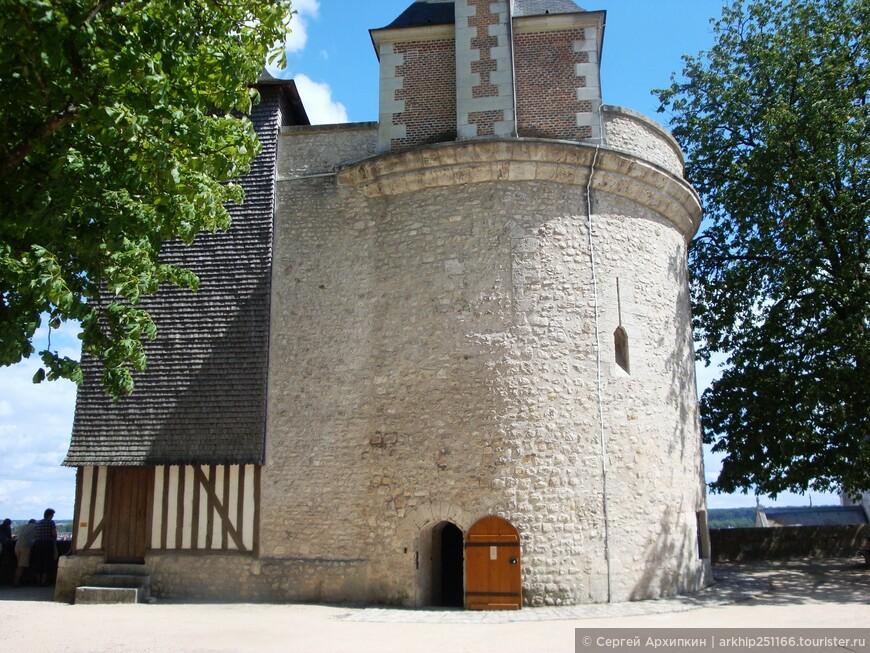 Здесь же на террасе находится башня дю Фуа - остаток оборонительных сооружений 13 века