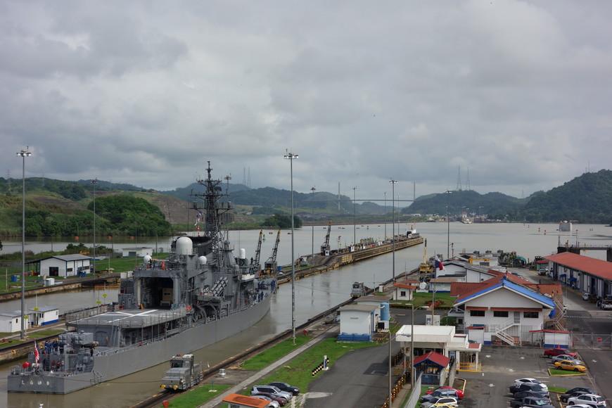 Японский боевой корабль проходит шлюз Панамского канала. Как видите, он идёт не на своих силовых установках, а корабль тащат 4 тепловозика за тросы.