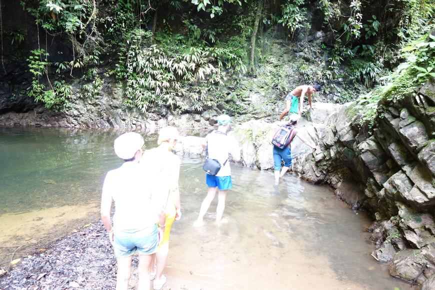 Пришлось пару километров пройти по джунглям, что бы потом искупаться в водопаде. Водопад ничем не знаменит. просто он есть и в нем чистая, прохлодная вода. И это радует в летнюю жару.