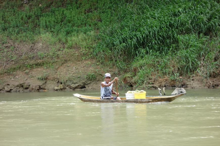 Река не только для туристов. Это основная транспортная артерия для местных.