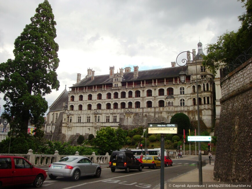 Совсем недалеко от замка находится ж.д вокзал, с которого я и уехал назад в Париж