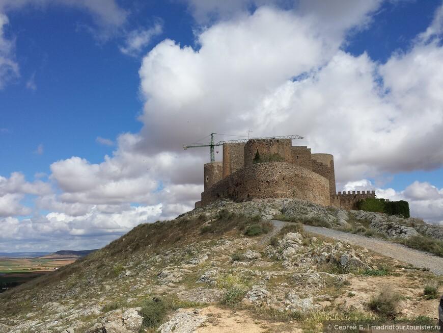 Старинная крепость.  Постройка XIII века.