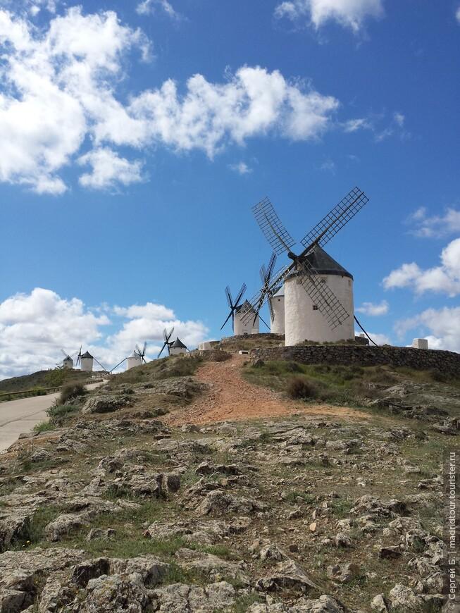 На холме сильный ветер, поэтому здесь находятся много мельниц.