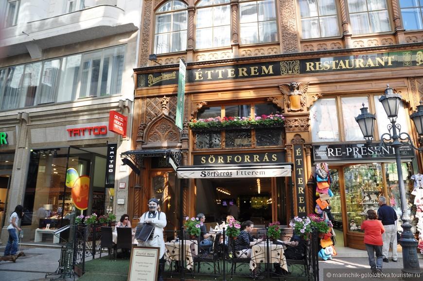 На улицах огромное количество летних кафе, на любой вкус и кошелек