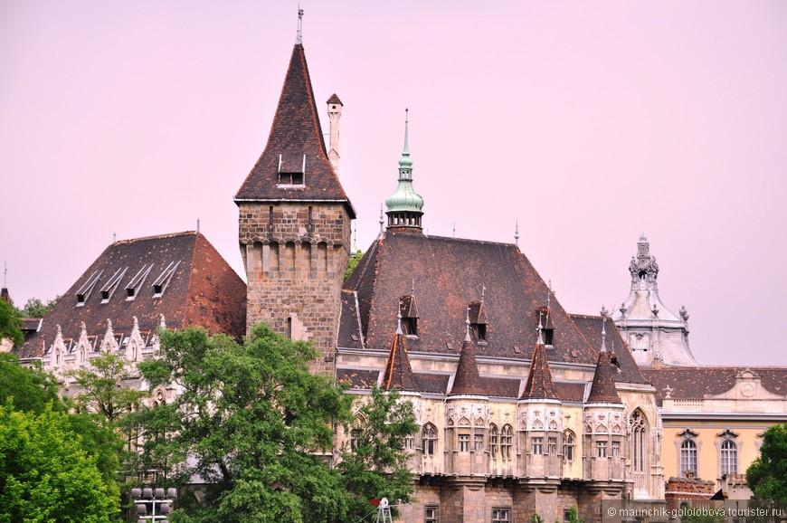 Декоративный замок, построенный в 1896-1908 годах в парке Варошлигет. Замок Вайдохуняд является точной копией выставочного павильона, который был создан в честь тысячелетия образования Венгрии.