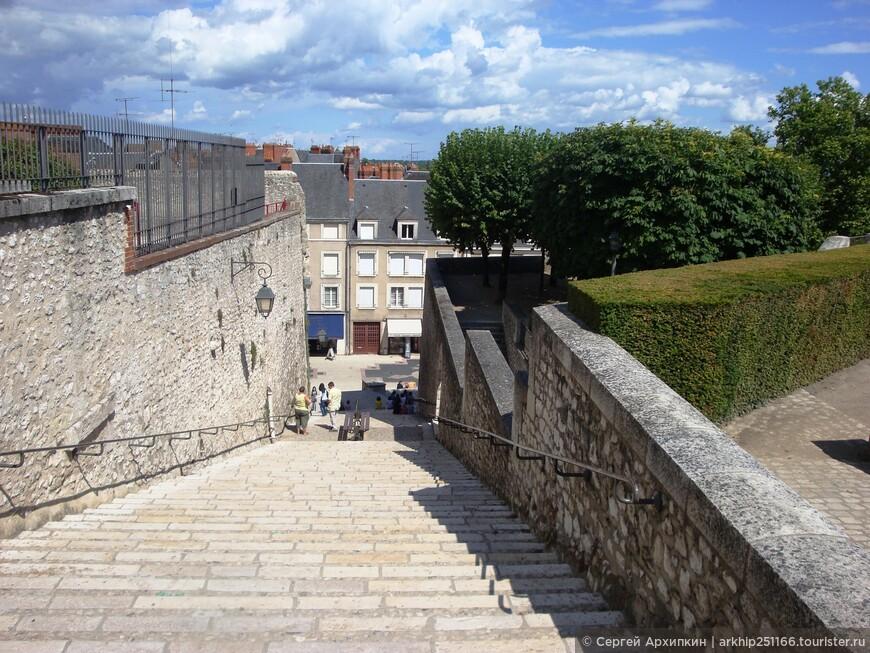 По данной лестнице спускаемся с площади у замка в сам город  Блуа