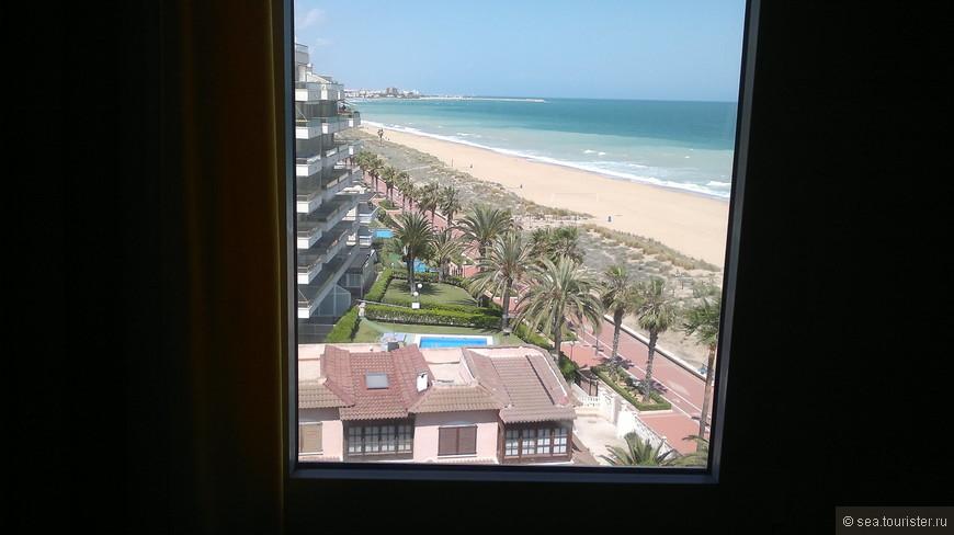 Вид на набережную из отеля. Вдоль пляжа идет променад, здесь можно прогуляться или покататься на велосипеде.