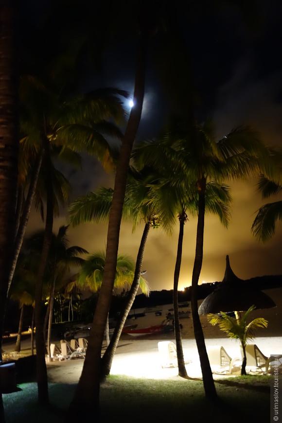 Вечерний пляж в отеле.