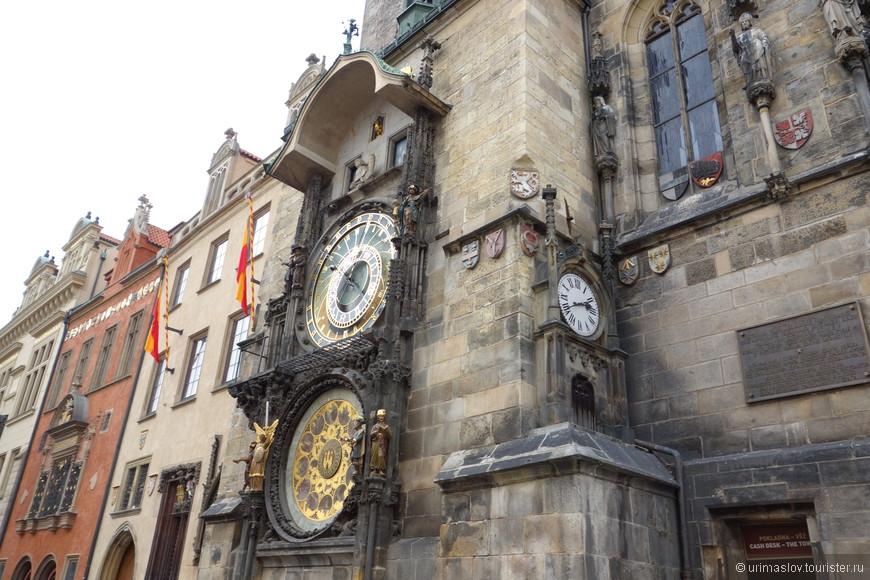 Астрономические часы Старой Ратуши. Расположены на Староместской площади. Толпы народа толкуться около их и ждут их боя.