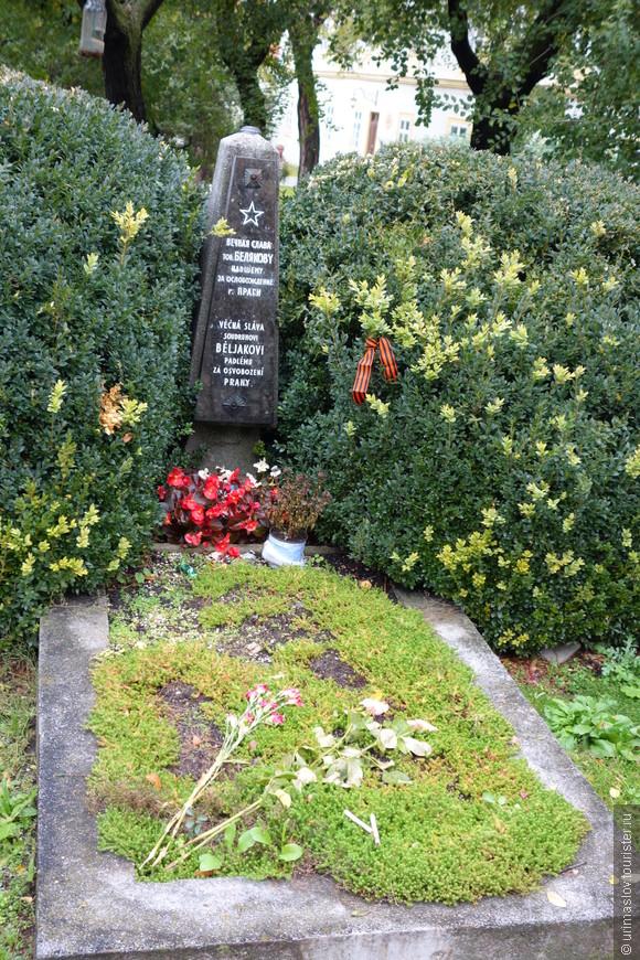 Могила бойца Красной Армии, который умер в госпитале и попросил перед смертью похоронить его редом с госпиталем.