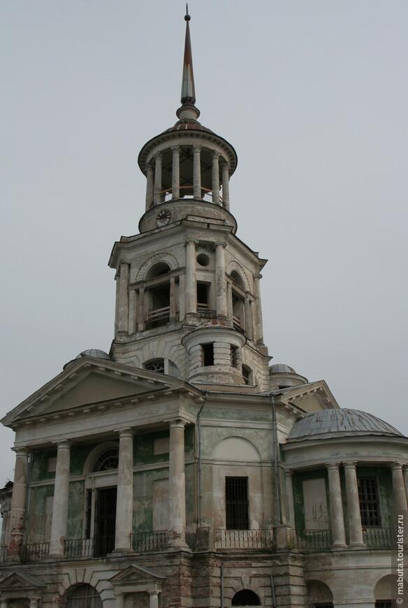 Надвратная Спасская церковь с грандиозной колокольней (1811), встроенной в стену. Состоит из трех ярусов, первый из которых служит залом церкви, а последний представляет собой круглую колоннаду. Колокольня Борисоглебского монастыря является главной вертикалью Торжка.