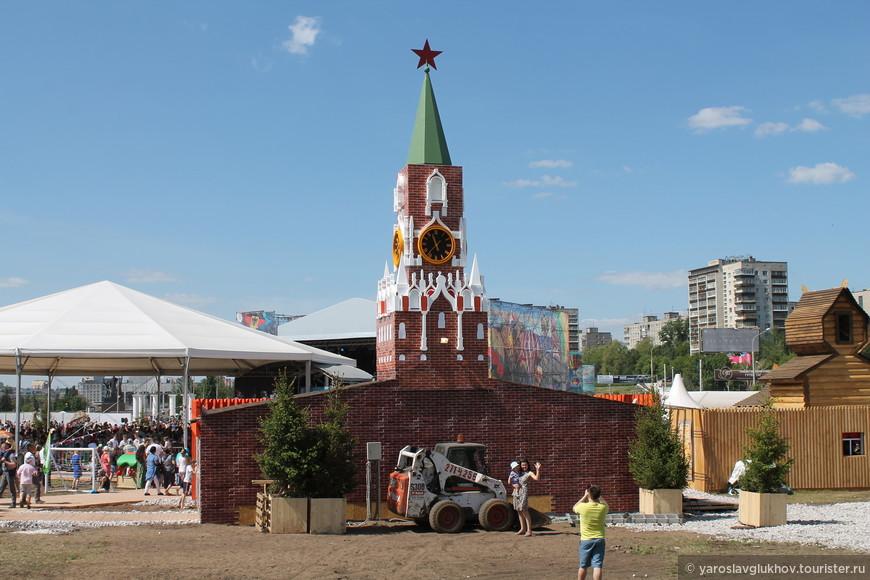Российская зона - Спасская башня и деревянные домики.