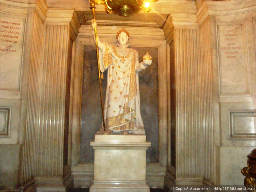Статуя Наполеона у его крипты