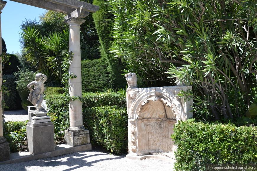 По периметру садика высажены огромные юкки, пальмы, кипарисы, цереусы. Вход в здание украшен впечатляющих размеров клумбами с бальзаминами и пальмами. Перед входом в севрский сад – еще несколько каменных произведений искусства. Особенно выделяется пристенный фонтан, остатки которого, по всей вероятности, были приобретены баронессой для коллекции.