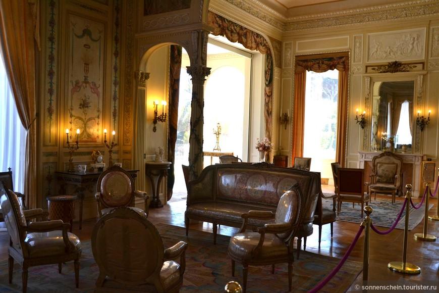 салон Людовика XV — окна салона выходят на эспланаду Французского сада, салон украшен креслами эпохи Людовика XV, гобеленами на тему приключений Дон Кихота и полотном Пеллегрини «Фаэтон»;пол украшают два ковра: из Королевской часовни Версаля и 87-й ковёр из серии 104 ковров, заказанных Людовиком XVI для Большой галлерии Лувра