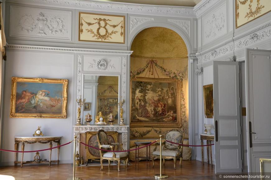 салон фарфора — представлена одна из самых крупных коллекций произведений Севрской и Венсеннской фарфоровых мануфактур, выставлена ваза, принадлежавшая маркизе де Помпадур;
