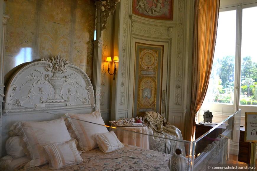 Апартаменты Беатрисы де Ротшильд — украшены среди прочего секретером Марии-Антуанетты, в гардеробной выставлены французские костюмы XVIII века, в которых хозяйка виллы любила встречать своих гостей;