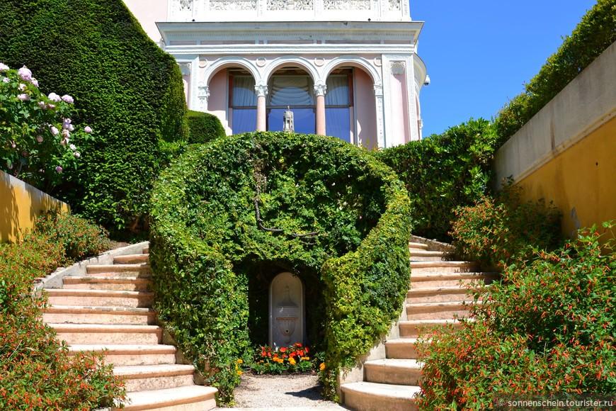 Особую гордость сада составляют плетистые розы и бугенвиллеи, чередующиеся вдоль стены, что отделяет Испанский сад от Французского. В сочетании с бледно-розовыми колоннами эта часть сада необычайно красива.