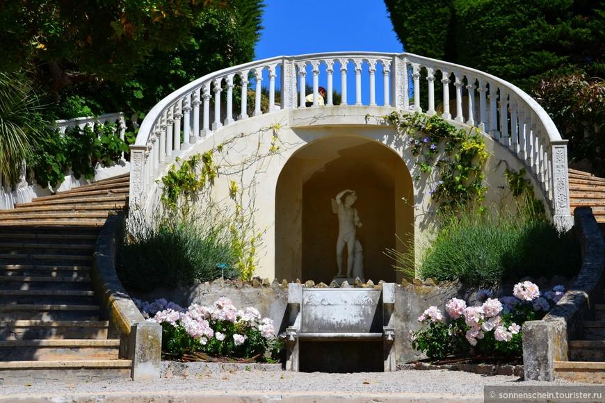 Непременный атрибут флорентийского сада – флорентийская лестница, всегда пышная и парадная. Лестница является доминантой сада. Раздваиваясь в форме подковы, она обнимает влажный каменный грот с мраморной статуей юноши. Внутри и рядом с гротом красуются филодендроны, папирус, водяные гиацинты. Лестница выходит на терассу французского сада.