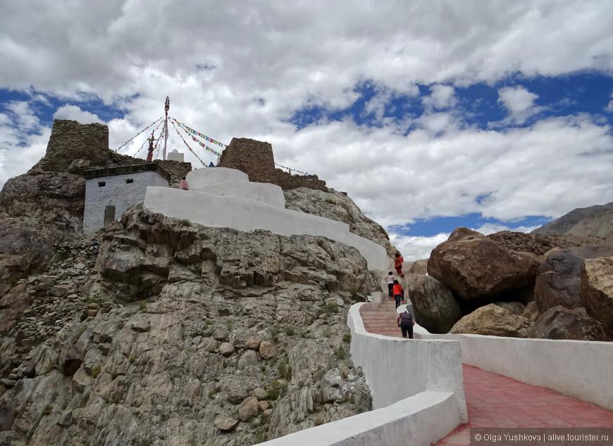 По дороге с Пангонга наши тибетские драйверы завезли нас в горный монастырь. Но его название до сих пор так и остаётся не выясненным )))