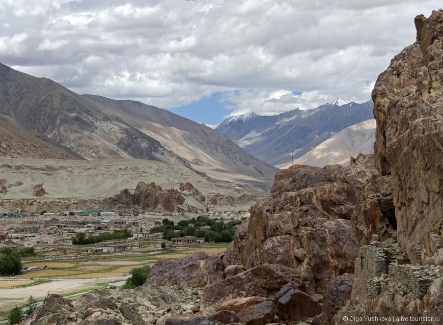 Вид, открывающийся со стен буддийского монастыря...