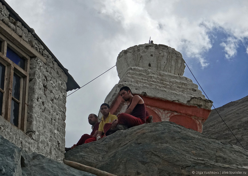Буддийские монахи...
