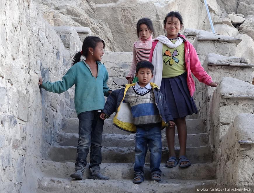 Тибетские дети на ступенях Шей-гомпы...