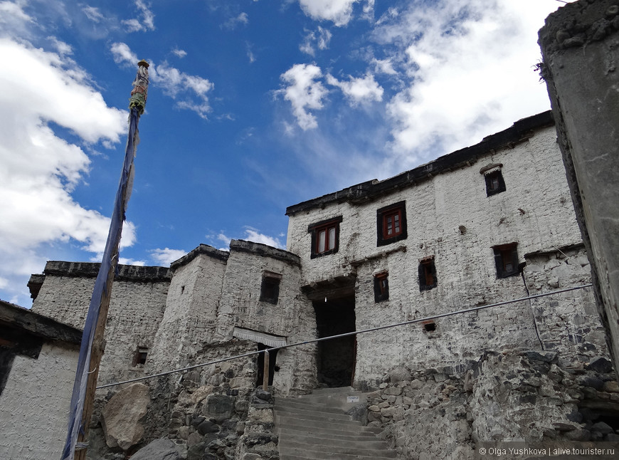Стены древнего буддийского монастыря в посёлке Дискит...