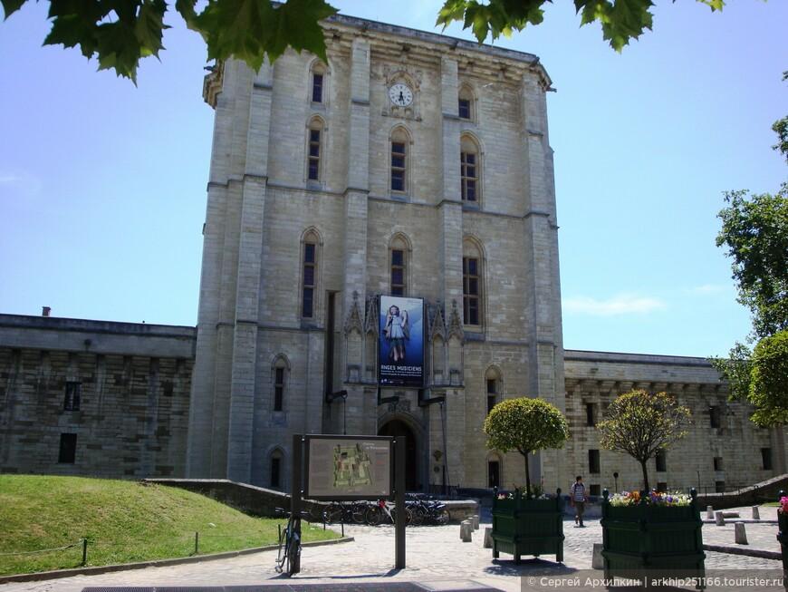 Выйдя из метро на станции -Chateau de Vincennes - я оказался напротив входа в Венсенский замок