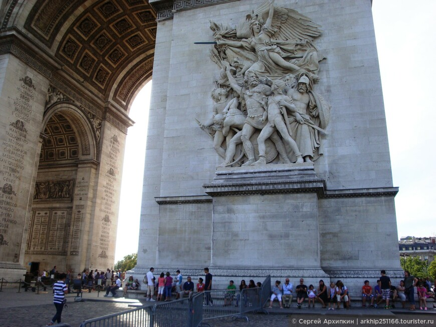 На ней большое количество барельефов в честь французких побед