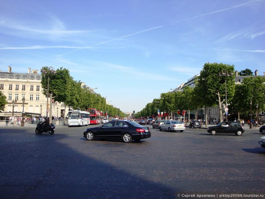Вид от Триумфальной Арки на авеню  Елисейские поля, именно отсюда начинаются все военный парады французов
