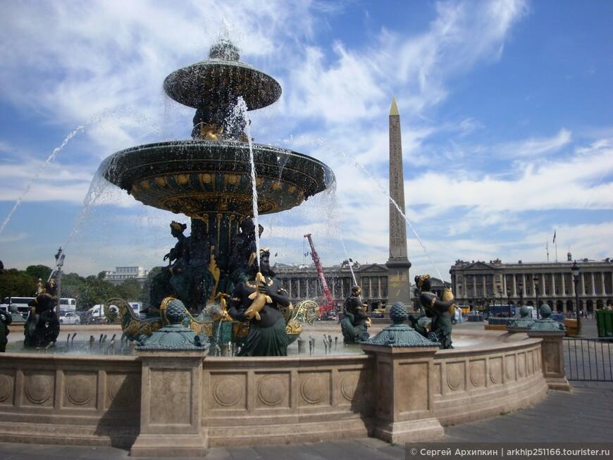 В центре площади в середине 19 века появились два великолепных фонтана