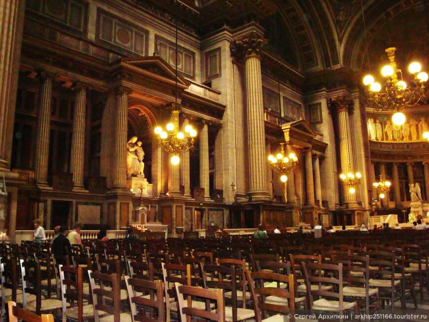 Внутри церковь Мадлен обделана мрамором с позолотой