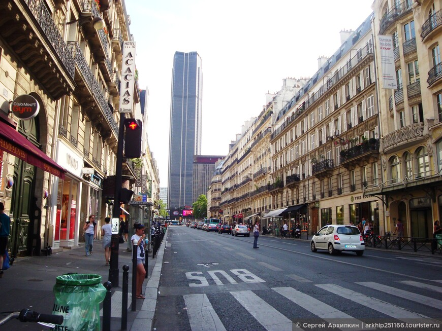Вдали уже был виден небоскреб -200-х сот метровый, который называется Башня Монпарнас, на его крыше расположена смотровая площадка, на которую можно подняться