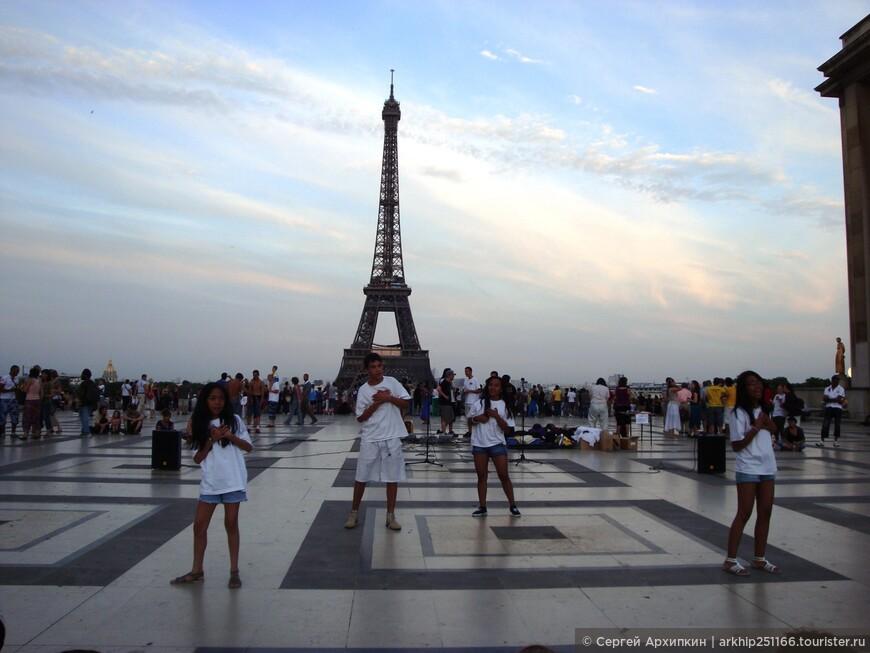 Площадь Трокадеро - еще одна группа танцоров