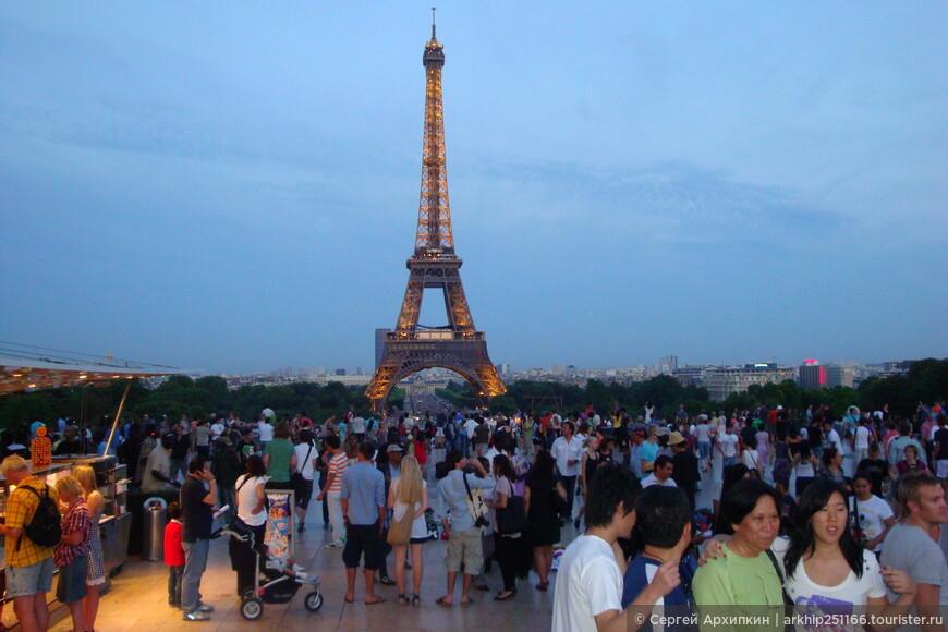 Ровно в 22.00 часа -Эйфелева башня зажглась и постоянно менялась световая гамма, все было очень красиво!