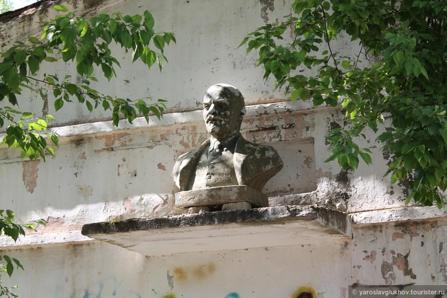 Частный бюст Ленина во дворе дома-крейсера (проспект Мира, 9).