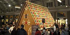 К рождеству на вокзале Стокгольма построили дом из печенья