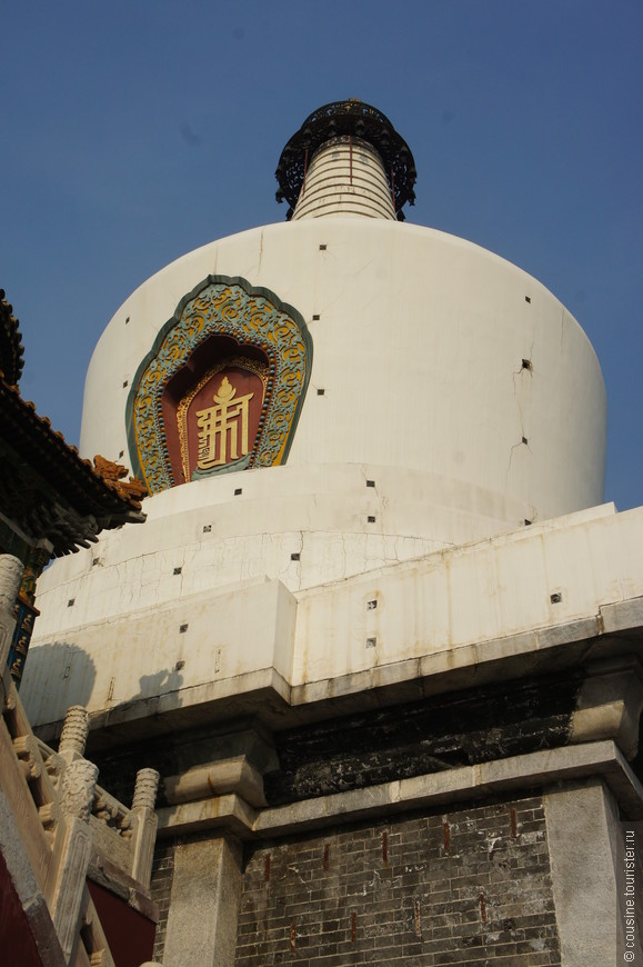 Бай Та сделана из белого камня. Гравюры солнца, луны и пламени украшают ее поверхность.