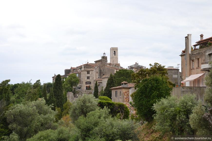 Сам городок был основан еще в 8 веке, а в 1538 году по приказу короля Франциска I город был обнесен каменной стеной. Позже, после победы во всех локальных войнах и урегулировании споров с Италией, было решено разобрать стену и построить из нее новые дома. Жители же города решили, что если разобрать стену, то значительно разросшийся город просто смоет со временем дождем с холма, скинулись, выкупили крепостную стену и оставили все как есть. Так Сен-Поль-де-Ванс остался одним из немногих оставшихся  во Франции укрепленных городов-крепостей.