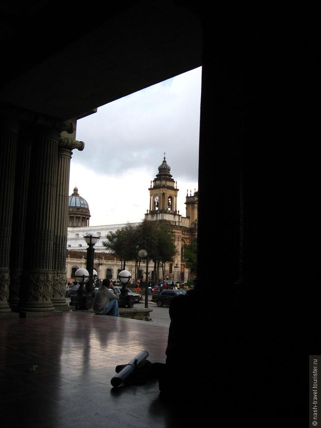 Вид на Кафедральный Собор с Национального Дворца.
