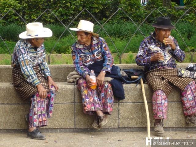 Местные жители из Департамента Солола на Центральной Площади Гватемала сити