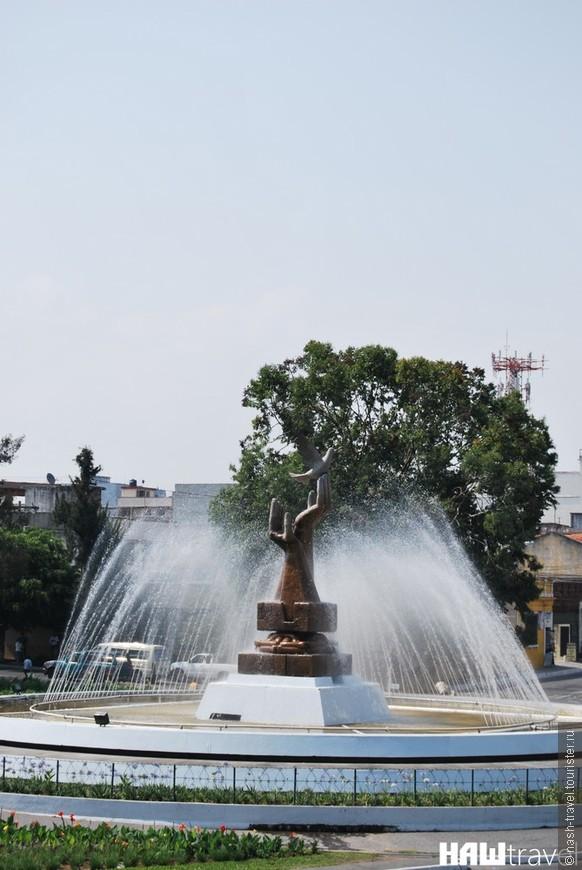 Такой же памятник как и в Национальном Дворце, только в форме фонтана