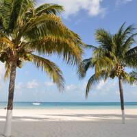 """Курортная зона Канкуна — полоса суши между лагуной Ничупте и Карибским морем. Она имеет форму семерки. Этот пляж с короткой стороны канкунской """"семерки""""."""