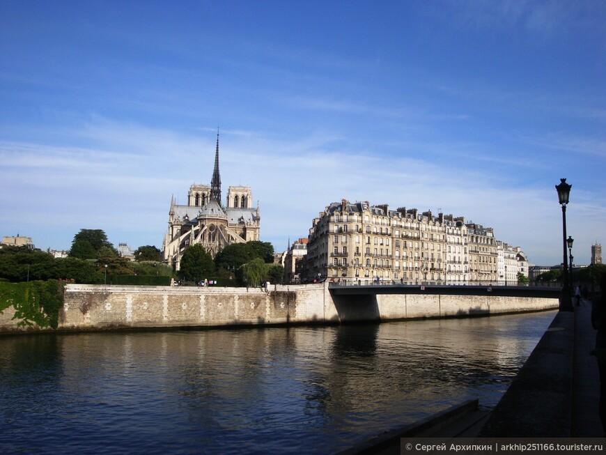 А с острова Сен Луи уже виден знаменитый собор Нотр-Дам ,который находится на главном историческом острове Парижа - Ситэ (на фото)