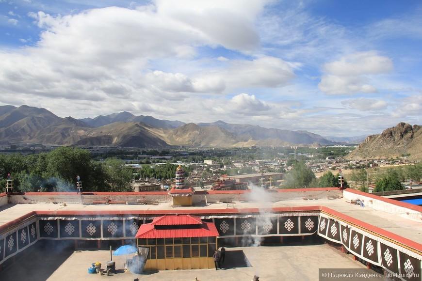 вид на западную часть Лхасы с крыши монастыря